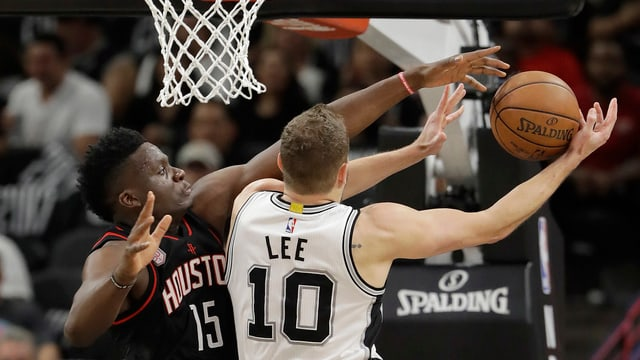 Clint Capela blockt Spurs-Center David Lee