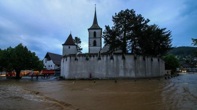 Überschwemmte Strassen in Muttenz rund um die Kirche.