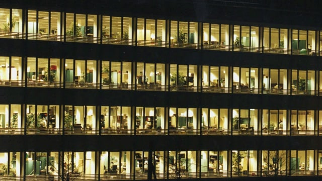 beleuchtetes Bürohaus