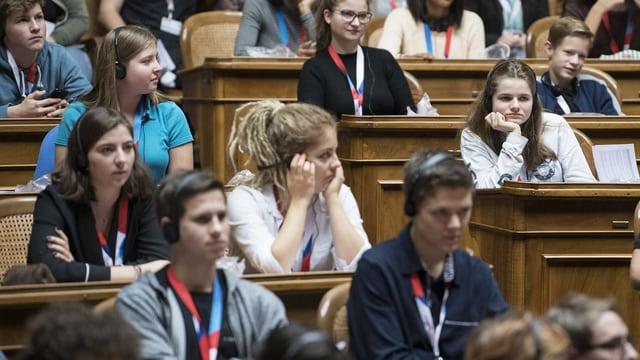Jugendliche sitzen im Parlament