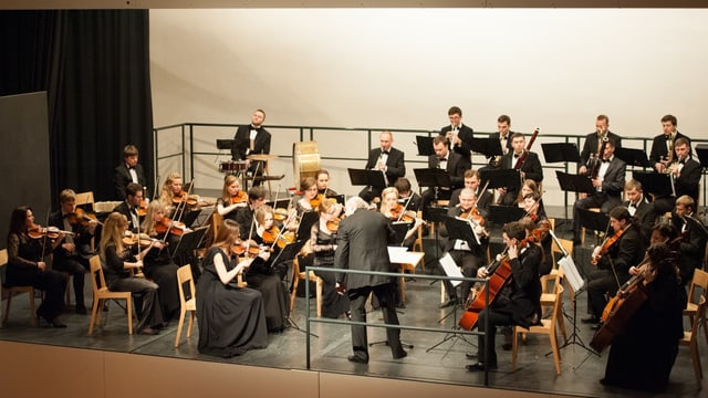 L'orchester academic sinfonic da giuvenils da L'viv il 2014 a Mustér.