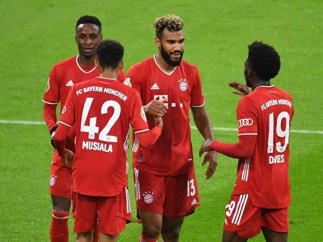 Neuzugang  Eric Maxim Choupo-Moting (2.v.r.) führt die Bayern zum Sieg.