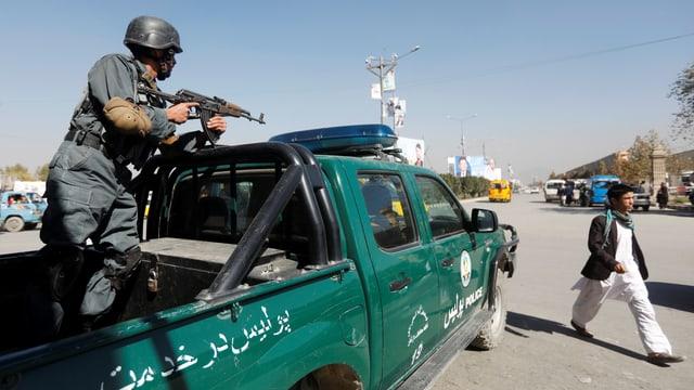 Polizist mit Waffe an einem Checkpoint