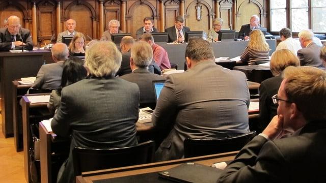 Rücken von Politiker im Ratssaal