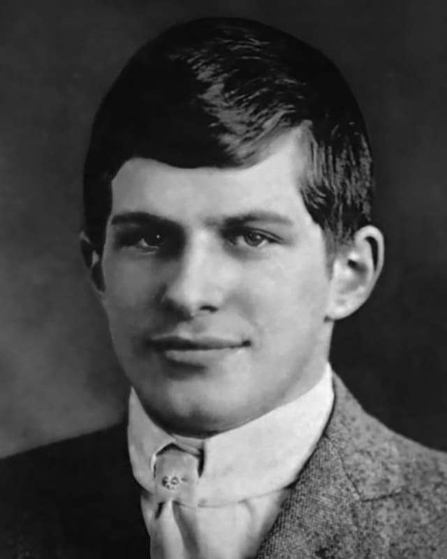 Schwarzweisses Porträtfoto eines jungen Mannes.