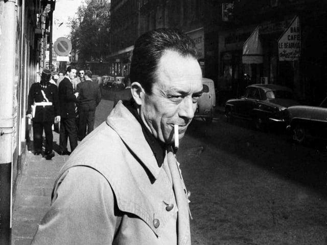 Portät von Albert Camus mit Zigarette im Mund