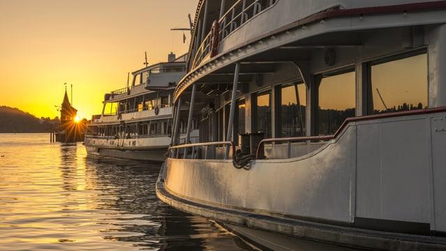 Schiffe vor Sonnenuntergang im Hafen