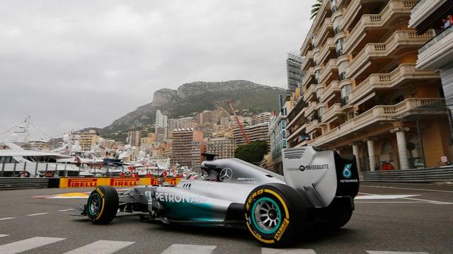 Mercedes-Pilot Lewis Hamilton biegt in Monaco auf die Strecke ein.