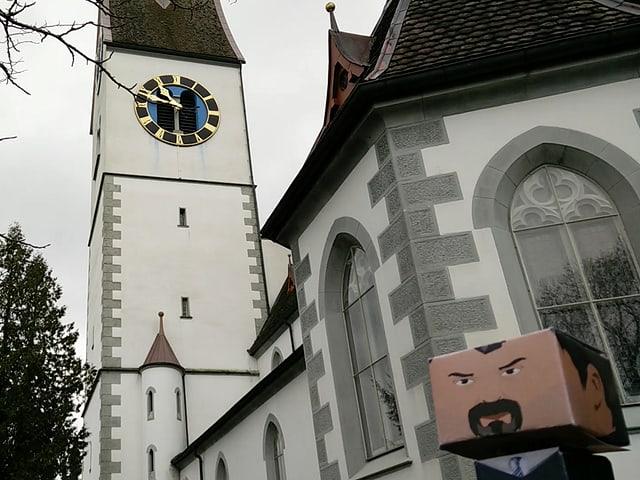 Bastelfigur vor einer Kirche