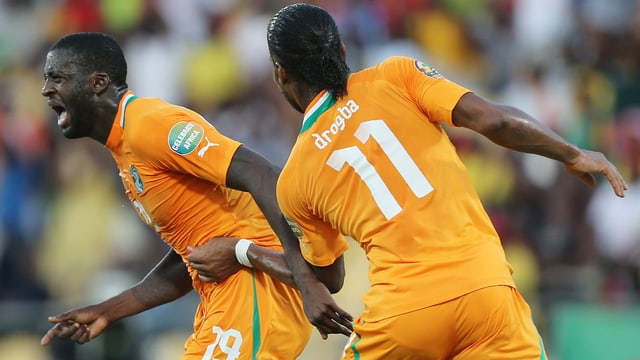 Yaya Touré (l.) sorgte mit seinem 2:0 für die Vorentscheidung - Didier Drogba durfte erst in der 67. Minute aufs Feld.
