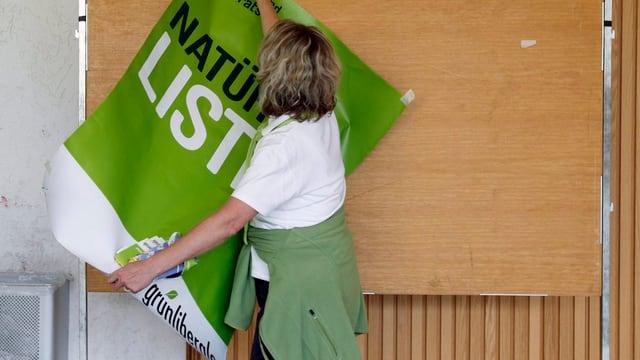 Frau mit Plakat der Grünliberalen