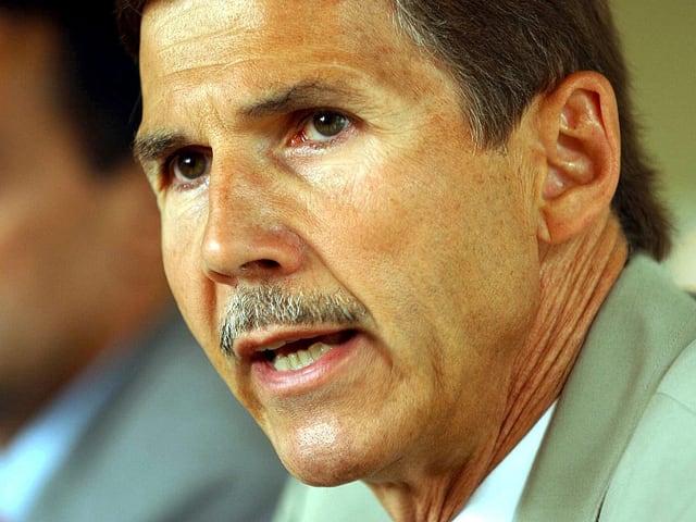 Urs Winzenried spricht an einer Medienkonferenz am 24. Juli 2003 über einen Entführungsfall.