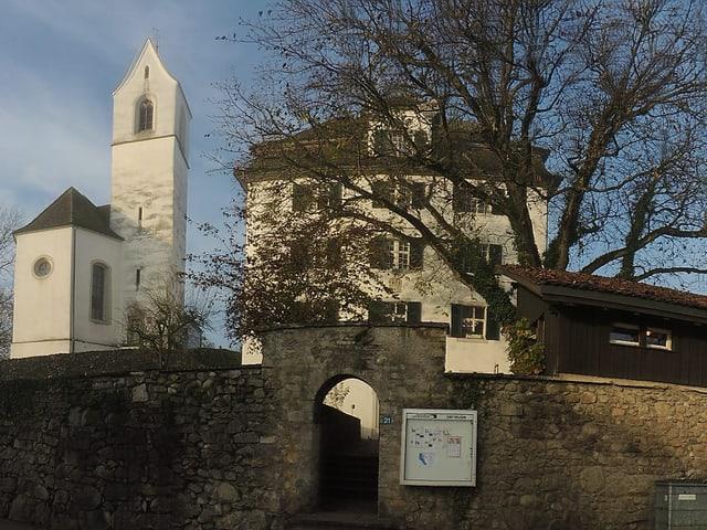 Panorama-Aufnahme des Künstlerhauses mit der alten Kirche in Boswil.
