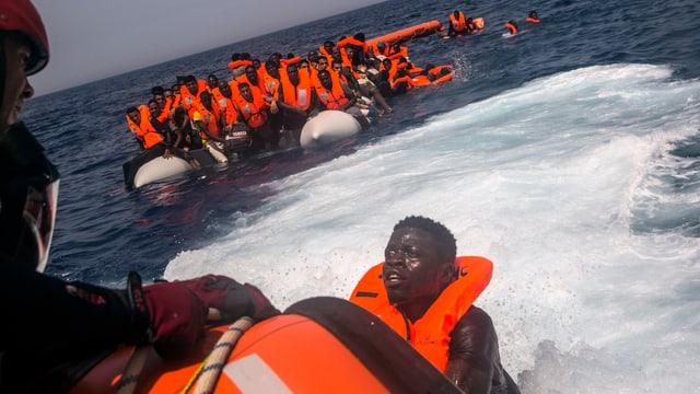 Ein Mann versucht, vor der libyschen Küste das Schiff einer spanischen NGO zu erreichen.