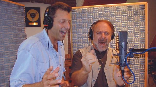 Bo Katzman und Peter Reber im Studio singend.