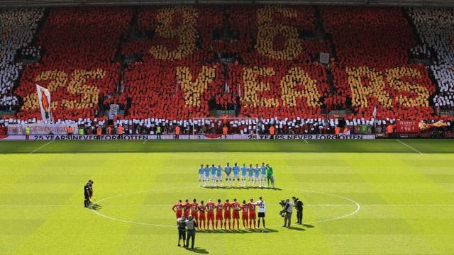 Die Spieler von Liverpool und Manchester City gedenken der Opfer der Hillsborough-Katastrophe.