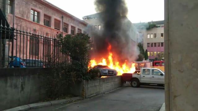 Brennende Autos vor Gebäude der Staatsanwaltschaft.