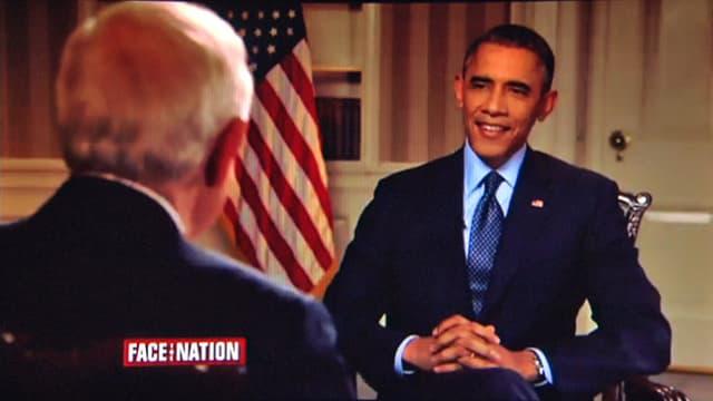 Obama im Interview mit einer US-Fahne im Hintergrund.