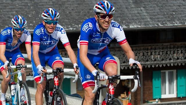 Thibaut Pinot mit seinen Schweizer Teamkollegen Sébastien Reichenbach und Steve Morabito (v.l.n.r.)