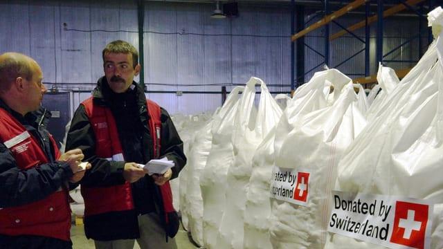 Il team svizzer controllescha la rauba d'agid en il magasin a Dnipropetrowsk en l'Ucraina.