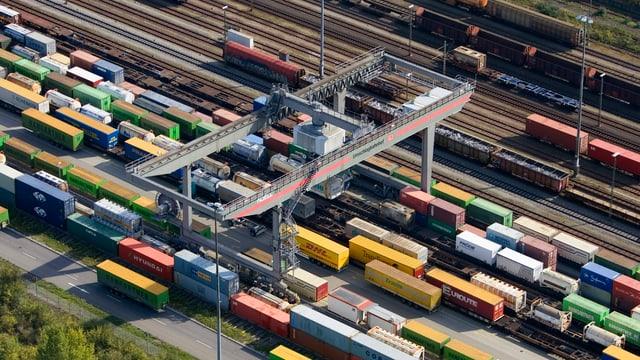 Blick von oben auf den Güterbahnhof Weil am Rhein mit vielen farbigen Containern