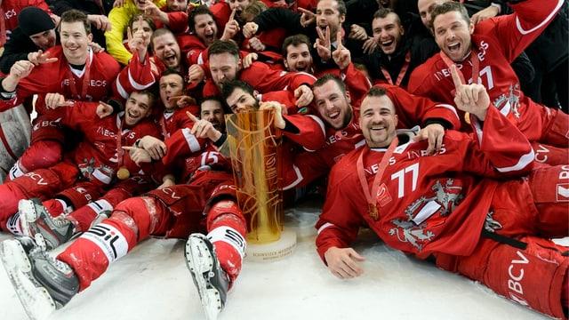 Die Spieler von Lausanne nach dem Gewinn des NLB-Meistertitels gegen den EHC Olten.