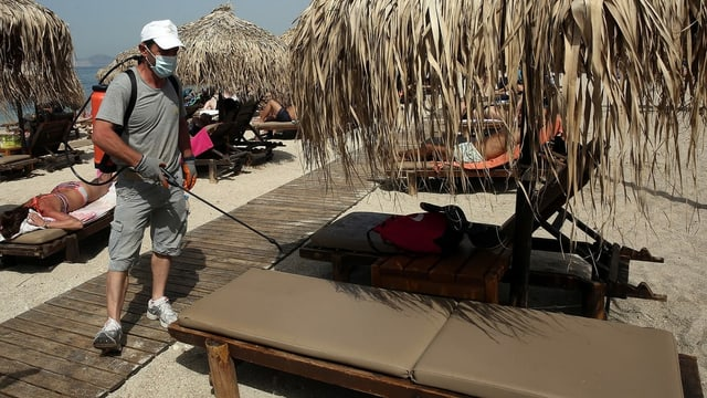 Desinfektionsmassnahmen an griechischem Strand.