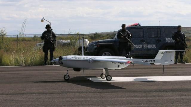 Eine Drohne startet auf einem Flugfeld.