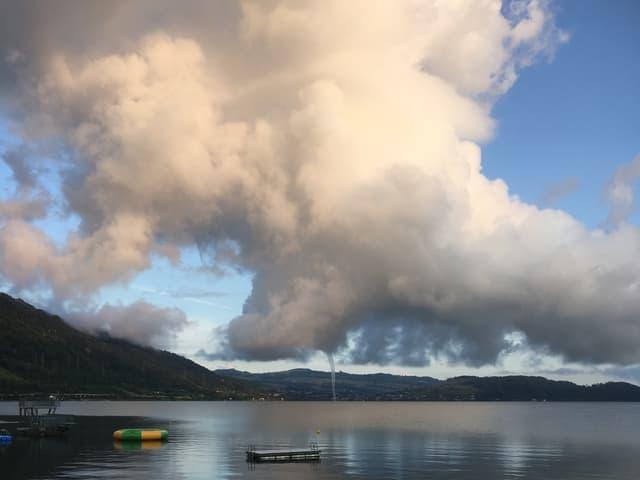 Wasserhose und darüber Wolken.