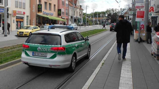Ein Auto des Deutschen Zolls fährt durch Weil-Friedlingen.