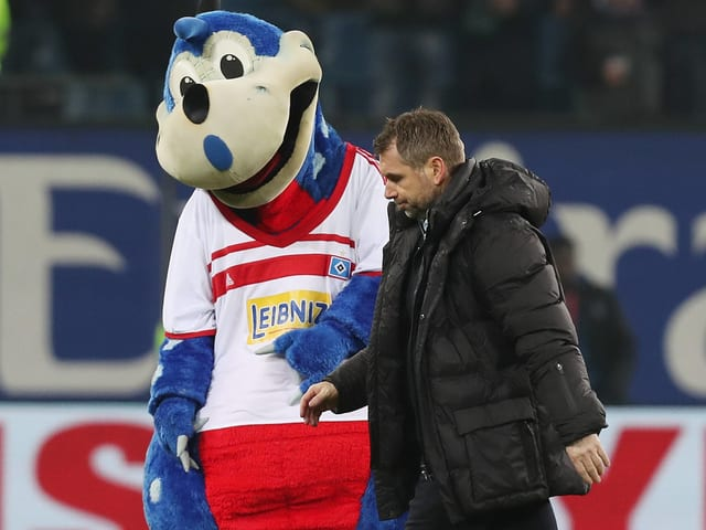 HSV-Maskottchen Dino Hermann und Bernd Hollerbach.