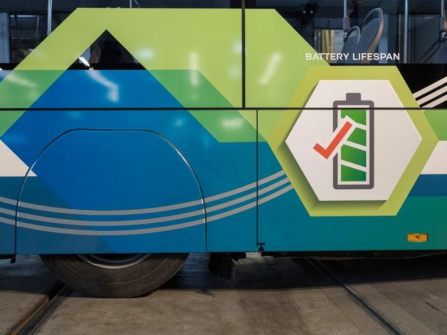 Elektro-Bus mit aufgemalter Batterie