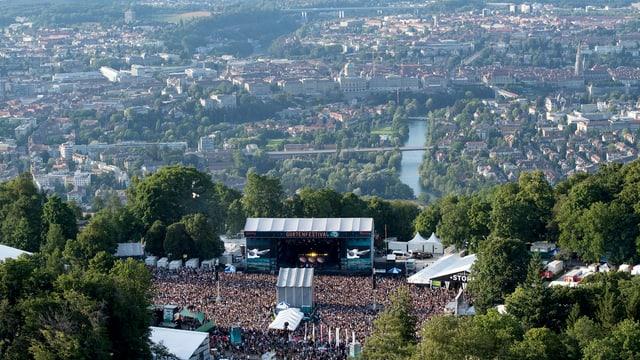 Aufnahme vom Gurten mit Festival runter auf Stadt Bern mit Bundeshaus.