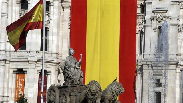 La bandiera da la Spagna vid la chasa municipala a Madrid.