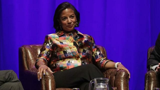 Susan Rice während eines Interviews, sie sitzt entspannt in einem Sessel.