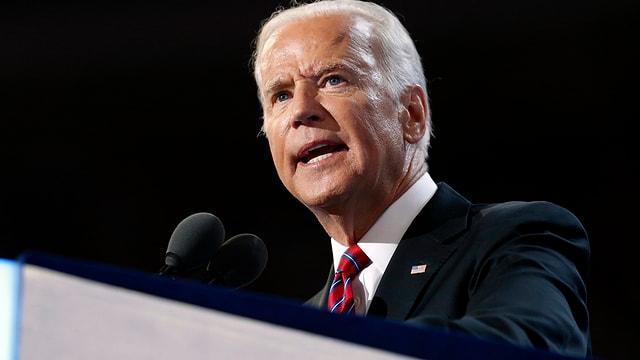 Bild von Joe Biden an einem Rednerpult