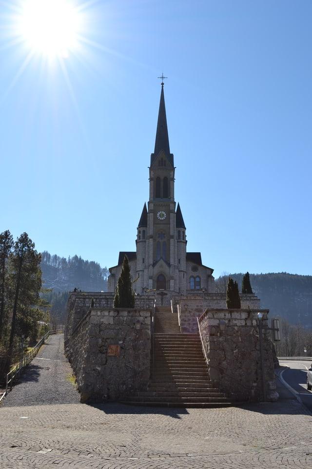 Kirche auf erhöhten Stufen.