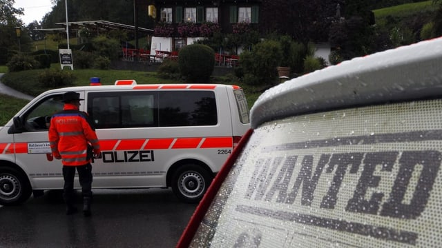 Polizisten kontrollieren Fahrzeuge im Raum Ibergeregg/SZ.