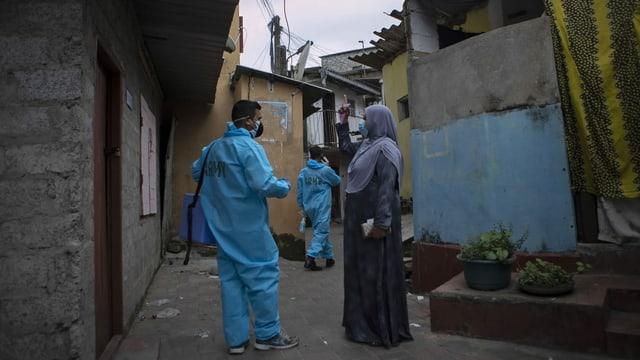 Mitglieder des medizinischen Korps der Armee sind in Colombo unterwegs, um ältere Menschen gegen Corona zu impfen. Aufgenommen am 14. August.