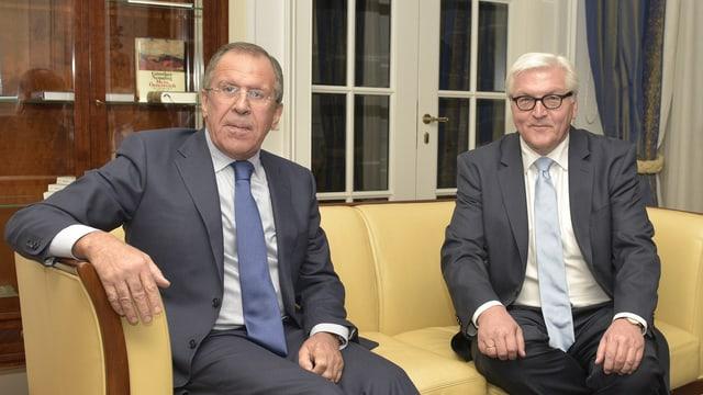 Lawrow und Frank-Walter Steinmeier auf einem Sofa