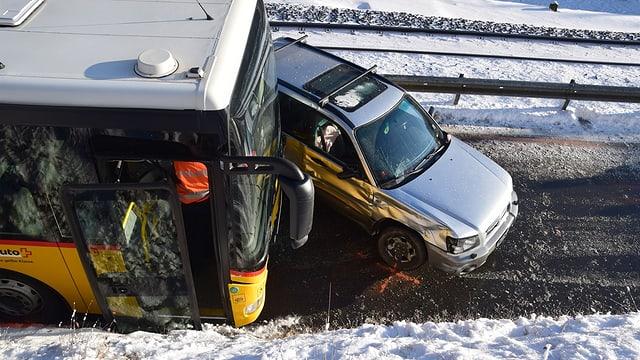 In accident d'in auto da posta cun in auto da persunas.