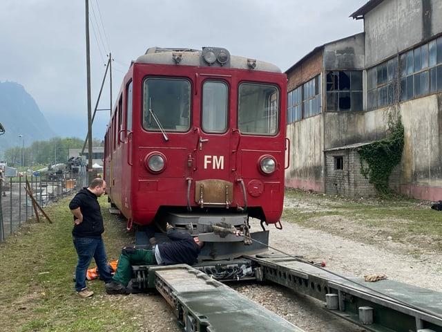 Il fargun da naiv ha stuì vegnir allontanà per chargiar la locomotiva sin il char annex.