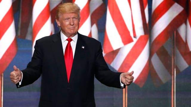 Donald Trump sin tribuna als dis da partida dals republicans a Cleveland.