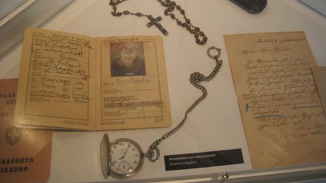 Persönliche Gegenstände von Kräuterpfarrer Künzle, darunter sein Pass, sein Rosenkranz und seine Uhr.