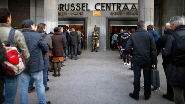 Lange Warteschlangen beim Hauptbahnhof Brüssel.
