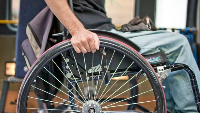Unterleib eines Menschen im Rollstuhl