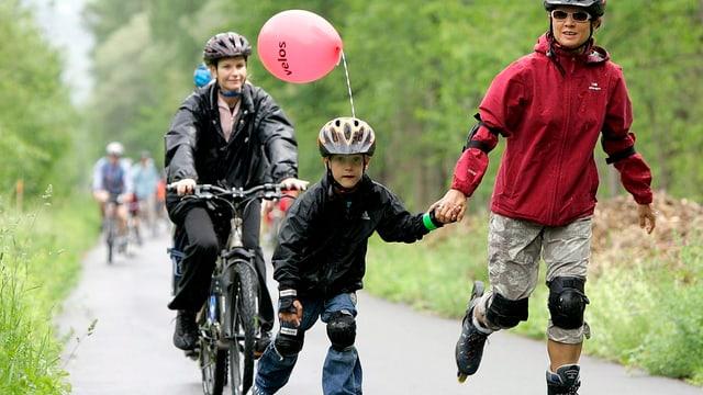Mutter fährt mit Sohn auf den Inlineskates