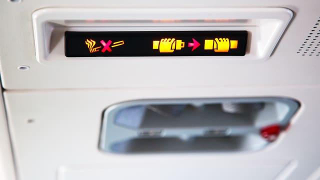 Bitte anschnallen: Wenn das Schild in der Kabine aufleuchtet, müsssen sich Fluggäste mit dem Gurt sichern.
