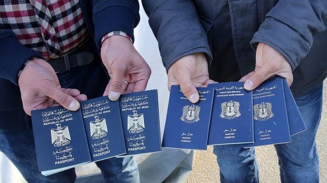 Dus umens che tegnan numerus pass sirians ed iracais enta maun