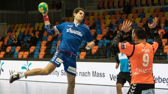 Handballer schiesst Ball Richtung Tor